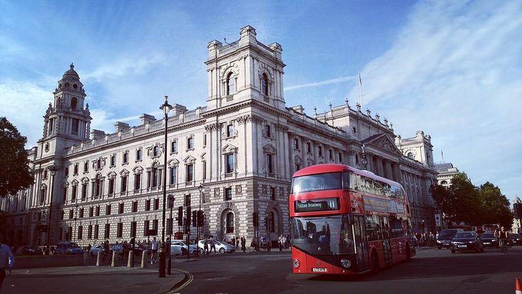 Quintessential London www.couchflyer.com #london #redbus #trafalgarsquare #tourism #tourist #parliament #queen #royal #monarchy
