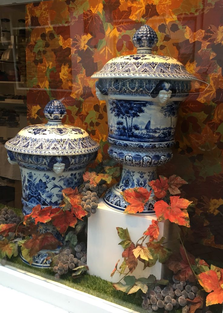 Window display of Delftware pottery for De Leuke Keuken in Edam the Netherlands. By Man-Made Design Amsterdam.
