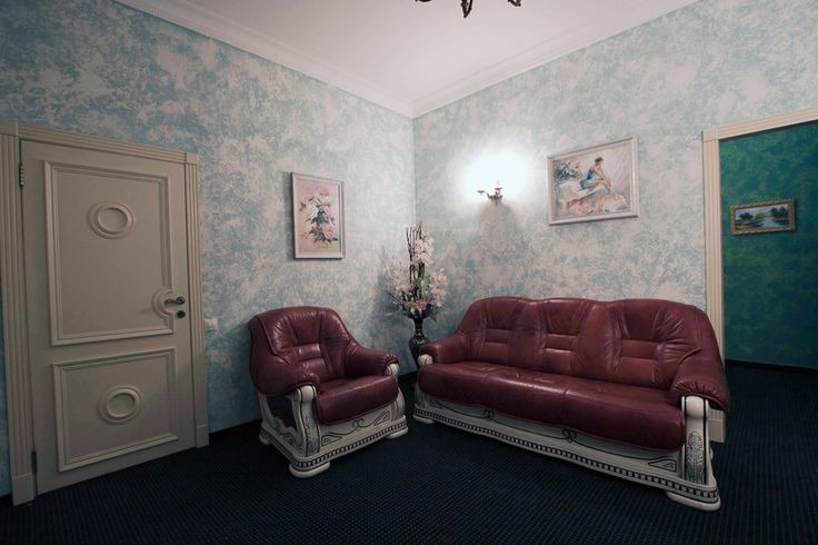Окна номера выходят в тихий и уютный дворик улицы Марата. Классический интерьер оформленный в бирюзовых тонах, с отдельной спальной комнатой, дубовая мебель в классическом стиле, светонепроницаемые (Blackout) шторы. В гостиной находится удобная мягкая мебель, и обеденный стол. В спальной комнате Вас ждет кровать королевского размера. В номере есть все необходимое для длительного проживания: просторный шкаф для ваших вещей, а так же рабочий стол, сейф, телевидение и бесплатный WI-FI доступ в…