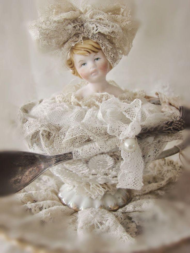 Waar nostalgie en romantiek elkaar ontmoeten...: Bruidsmeisje en bruidstaart...