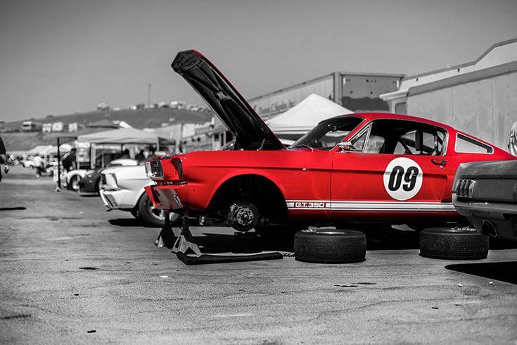 Photographie noir et blanc d'une Ford Mustang Rouge