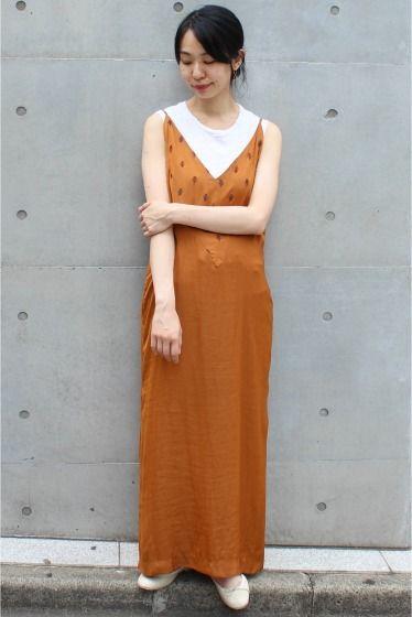 ELIN 刺繍キャミソールワンピース  ELIN 刺繍キャミソールワンピース 41040 光沢と落ち感のある生地に刺繍デザインがポイントのキャミワンピース コッパー風のオレンジカラーが秋の雰囲気をプラスします Tシャツやカットソー薄手ニットとの重ね着も可能でオールシーズン着らます 片方裾だけスリットの入ったデザインでトレンド感もほど良くプラスされた一着 デイリーワンピースとしてお勧めです ELIN(エリン) 2015年春夏に有名セレクトバイヤー経験者によりスタートしたブランド マスキュリンがベースにありながらも譲れない女性らしさにこだわったアイテムを展開 クリーンナチュラルリラックスなど自然な美しさに注目したコレクションは着る人に自信を与えてくれるアイテムばかりです 店頭外での撮影画像は光の当たり具合で色味が違って見える場合があります 商品の色味はスタジオ撮影の画像をご参照ください オレンジ着用スタッフ身長:163cm 着用サイズ:FREE 着用商品はサンプルです