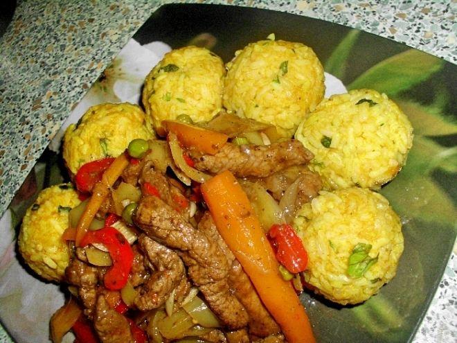 Vepřové nudličky se zeleninou a rýžové kari knedlíčky s koriandrem