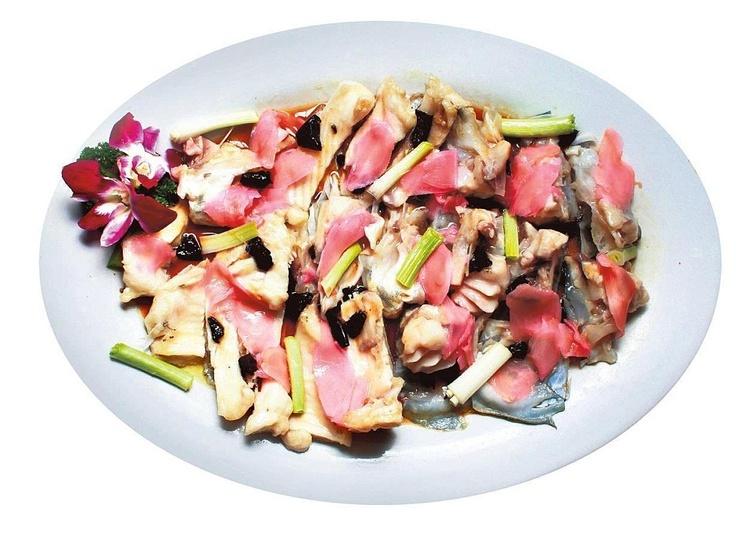 Kiinassa kalasta syödään aivan kaikki. Tässä herkussa kokki on höyryttänyt kalan vatsan lihakset ja pään inkiväärin, kevätsipulin ja oliivin kanssa. Päälle hän lorautti soijaa. Sushimainen maku. Kuva: Kai Sinervo / HS