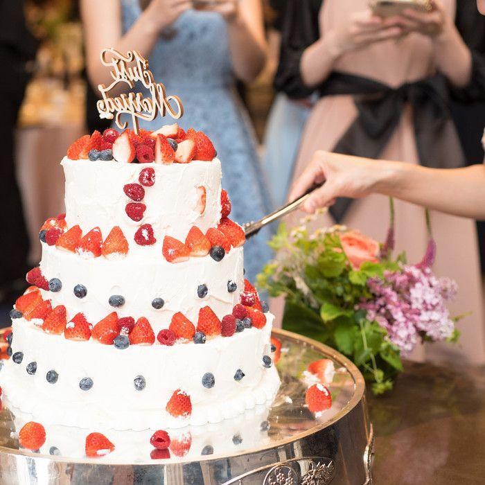 ウェディングケーキは、披露宴でゲストの皆さまが大注目するアイテム☆そのウェディングケーキを使ったセレモニーは、ケーキカットやバイトだけではないのです!卒花嫁「omame.yuri」さまは、お写真のウェディングケーキを使って、ゲストの皆さまも参加できる楽しい演出を行われました。 アイデアあふれる卒花嫁さまたちが考えられた、素敵なウェディングケーキの演出を特集します。