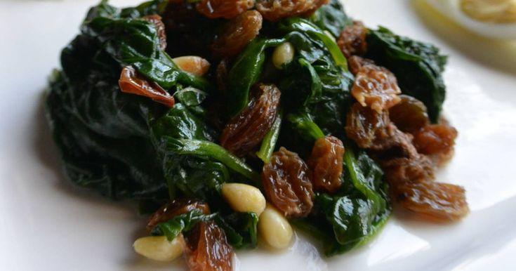 Fabulosa receta para Espinaca con pasas y piñones en estuche Lékué. Me ha gustado esta receta, en pocos minutos tienes unas espinacas muy buenas, conservando sus propiedades.
