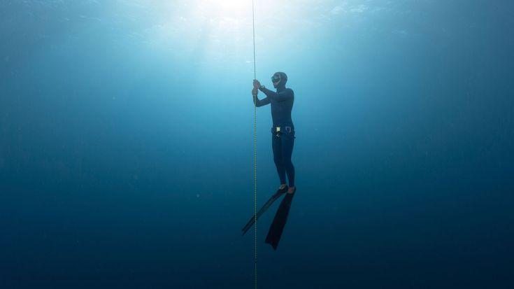Wie weit kann ein Mensch mit nur einem einzigen Atemzug tauchen? So genannte Apnoetaucher versuchen, eine möglichst große Distanz unter Wasser zurückzulegen – ohne Atemmaske und Sauerstoffgerät. Doch wo liegen die Grenzen?