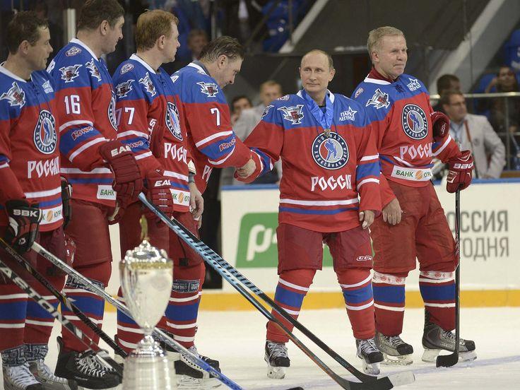 O presidente Vladimir Putin cumprimenta seu time, formado por russos que foram estrelas da liga americana de hóquei em celebração de seu aniversário de 63 anos com um jogo de hóquei entre amigos