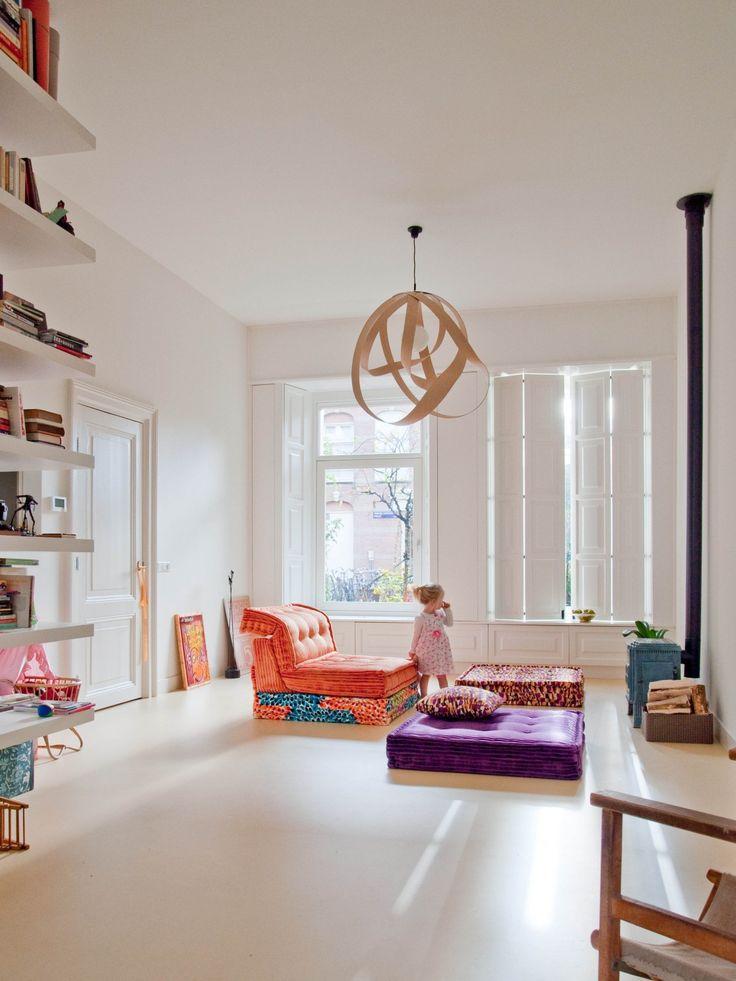 Verbouwing van een woning in Amsterdam Oost. Interieur ontwerp door BO6 architecten. De grote luiken in deze comfortabele living zijn op maat gemaakt. Evenals de boekenkast.
