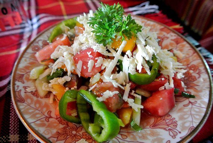 Bulgarische Küche: Bunt, schmackhaft und gesund. Viel frisches, buntes, aromatisches Gemüse und Riesenportionen Fleisch, dazu reichlich Rakia. So haben wir d
