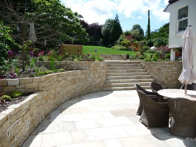Curved irish sandstone walls in Dalkey Garden - by MAXIMIZE DESIGN