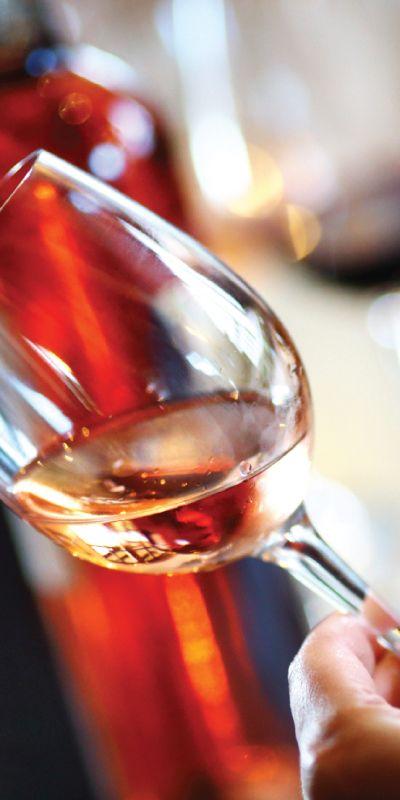 Et gavekort på vinkurs og smaking gir både spennende kunnskap og nye smaker. Gavemottaker får velge mellom fransk og italiensk vin og kurset ledes av en svært dyktig vinekspert.