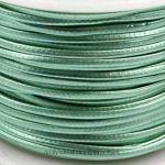 Lederband Metallic Grün - dieses schicke Lederband in glänzender Metallic-Optik ist aus Kunstleder hergestellt. Sie hat ähnliche Eigenschaften, wie Naturmaterial:- Durchlässigkeit- Festigkeit- einfache Pflege Der Kern besteht aus geflochtener Baumwolle. Die äussere Beschichtung ist aus Polyurethan. Verwenden Sie das Lederband für selbst gemachte Ketten oder Armbänder und andere Dinge. Die Schnur ist sehr fest und lässt si...