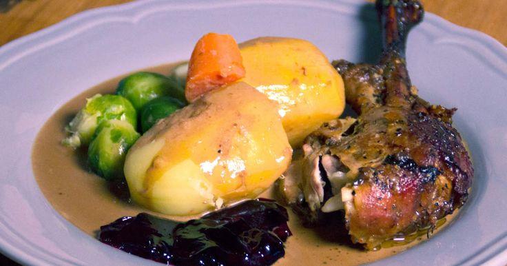 Helstekt kalkon i ugn fylld med örter och frukt. Serveras med potatis, brysselkål och gräddsås.