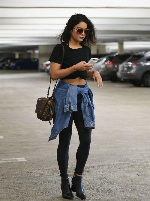 Vanessa Hudgens, top cropped preto, jaqueta jeans amarrada na cintura, calça legging, ankle boot