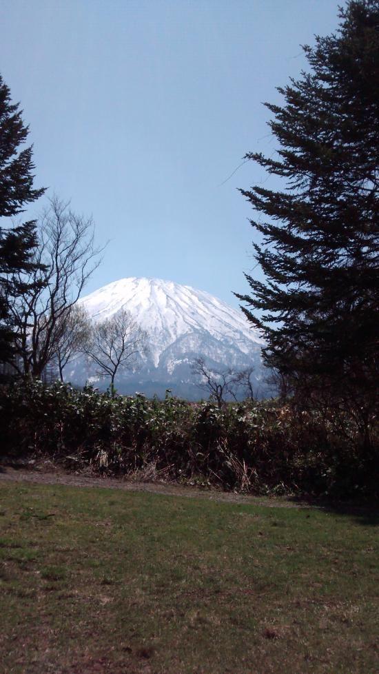 雪化粧の羊蹄山を望む。京極町のふきだし公園は羊蹄山の湧き水が出るおすすめスポットです。