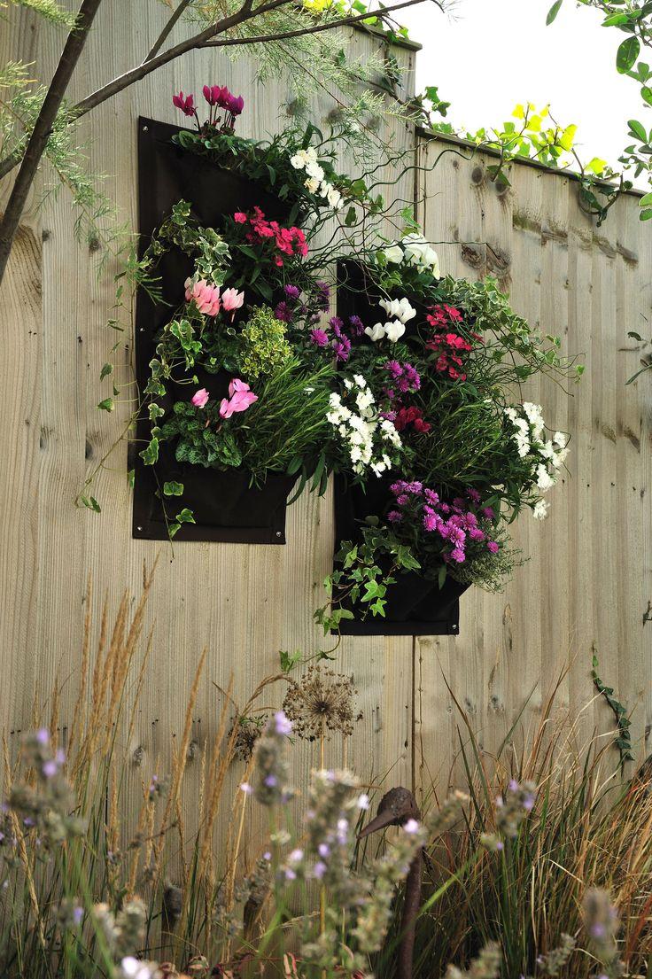 Twee wandtassen met ophang-ogen, zodat u plantjes tgen de muur kunt laten groeien. Bespaar ruimte en gebruik een muur, scherm of schutting om bijvoorbeeld groente of kruiden tegen te kweken.  Zeer degelijk materiaal. Bevat 6 vakken per plantentas van elk 15cm hoog en 2x12cm breed. Geschikt voor bijvoorbeeld 6 kruidensoorten per planttas.   Maten: 51cm hoog, 30cm breed, 10cm diep.  set van 2, kleur bruin