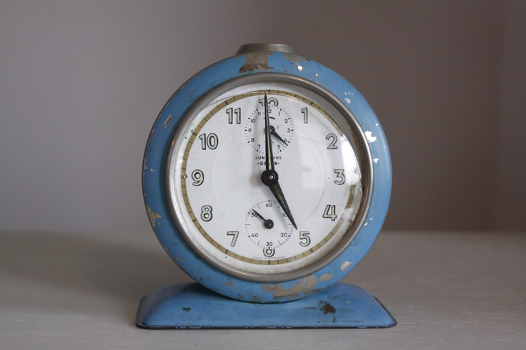 Vintage wekker uit de 60s of 70s. Heeft een mooie oude 'look'! Lichtblauw en tegek als decoratie in je woonkamer of slaapkamer. Prijs: 30 euro.