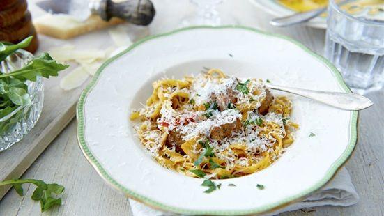 Koka pasta enligt anvisning på paketet. Stek biffen i olivolja så den får en fin stekyta. Lägg i vitlök och chili och fräs vidare i någon minut, så vitlöken blir mjuk, utan att ta färg. Slå på peston, oxfond och vatten i stekpannan och allra sist nykokt pasta. Blanda ordentligt och smaka av med salt och peppar. Lägg pastan i tallrikar, ringla över chili- och vitlöksoljan och riv över parmesan.