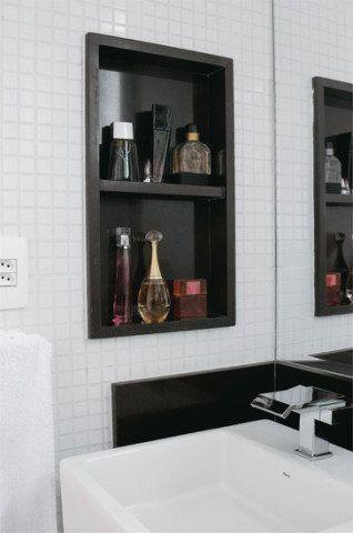 Os dois vãos – um na parede ao lado da pia e outro dentro do boxe – deixam por perto os produtos de beleza e higiene. A madeira recebeu tratamento impermeabilizante e assim resiste à umidade.