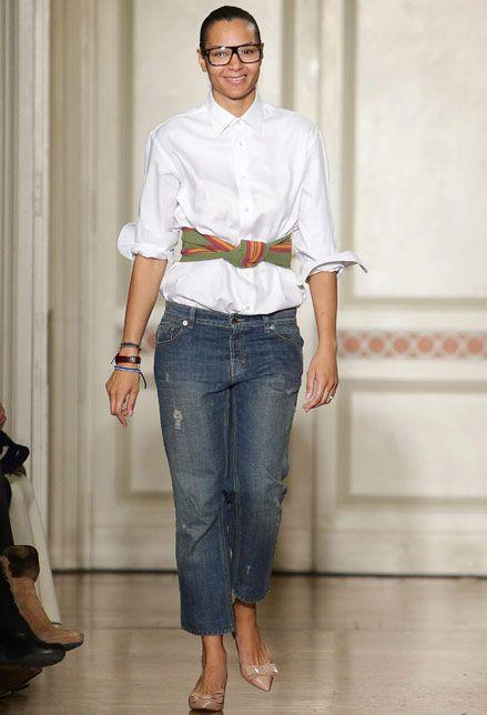 Jeans, c'è un modello per ogni donna. Questo che vi proponiamo è una delle proposte A/I 2015 by Stella Jeans. E' un jeans dalla gamba larga, un modello molto comodo. La lunghezza lascia scoperta la caviglia. E' perfetto da abbinare alla camicia. L'effetto è informale, ma basta scegliere gli accessori giusti per dare un tocco in più: foulard in vita e decolleté nude