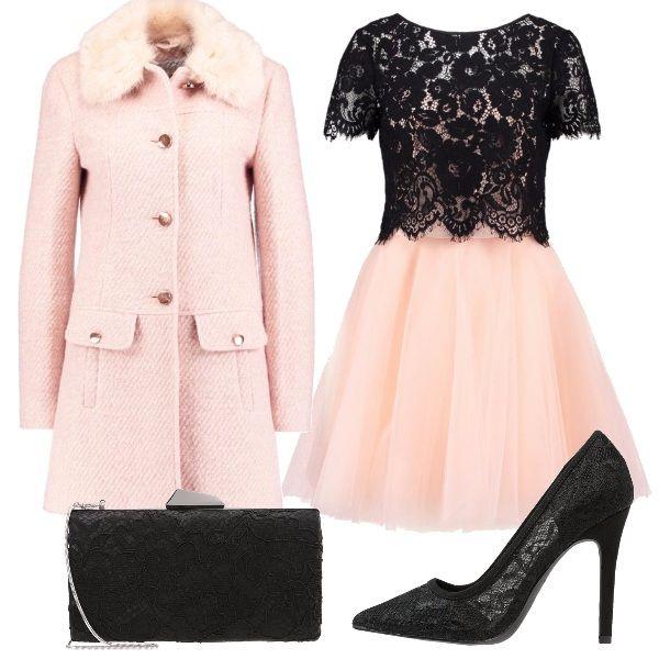 Ecco una proposta per le feste: vestitino in pizzo nero e tulle, cappottino rosa con colletto in pelliccia, décolleté nere in pizzo e pochette anch'essa in pizzo, entrambe nere. Se siete freddolose potete indossare il vestito con calze nere coprenti e un coprispalla nero.