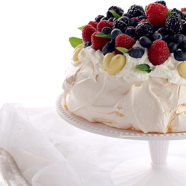 Il dessert di oggi lo offro io! 😋😋 PAVLOVA AI FRUTTI ROSSI  La mia ricetta di #febbraio per @seiincucina ✔️Gluten free ✔️leggera ✔️elegante  Una ✔️nuvola dalle molteplici consistenze! Ora sul blog la ricetta con ✔️foto step by step ✔️preziosi consigli ed ✔️accorgimenti per  una ✔️perfetta riuscita  http://www.lamammacuoco.ifood.it/2017/02/pavlova-ai-frutti-rossi.html Link diretto qui 👉🏻@la _mamma_cuoco #official_italian_food…