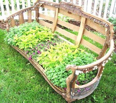 Herb garden sofa. : Gardens Ideas, Flowers Beds, Herbs Gardens, Gardens Sofas, Old Sofas, Vintage Couch, Gardens Junk, Vintage Sofas, Summer Ideas