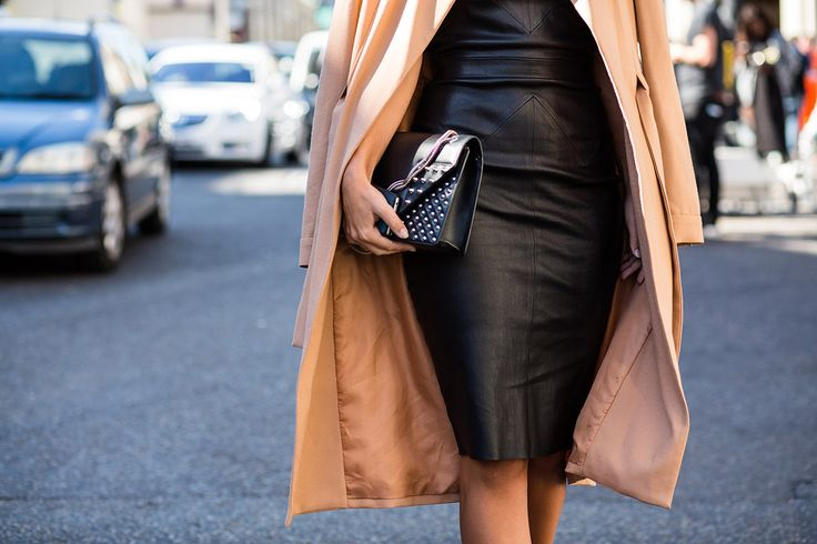SS16 streetstyle details beige cream trench coat black hourglass bodycon dress small black clutch