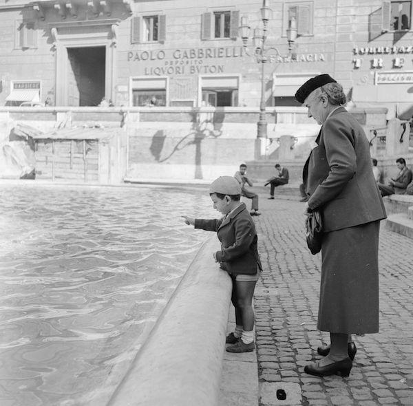 Roma negli anni Cinquanta, solita e stupenda: Un bambino con la nonna davanti alla Fontana di Trevi, Roma, metà degli anni Cinquanta. (Vecchio/Three Lions/Getty Images) - Il Post