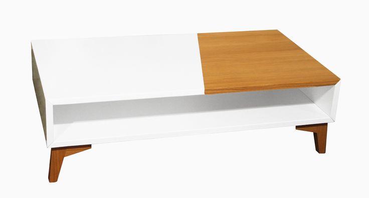 Présentée ici dans sa version table basse, la collection Helsinki comprend également une colonne, une table haute, meuble TV et un bahut. L'ensemble de ces meubles est intégralement sur-mesure et personnalisable : dimensions, choix du traitement du piétement en bois ou en métal, choix de la couleur de la laque.