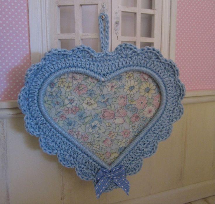 Petit cadre coeur bleu ciel avec bordure au crochet : Décorations murales par atelier-crochet