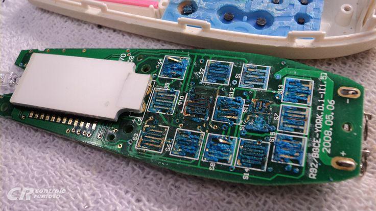 Placa com teclado todo oxidado de um controle remoto de ar-condicionado da marca York. O material azul é zinabre que corrói a trilha de cobre de todos os contatos da placa de circuito...