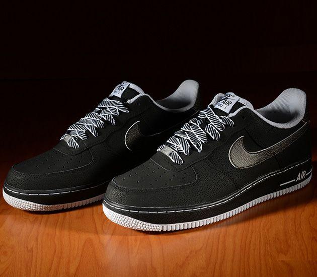 """Wychodzi na to, że na sklepowych półkach znajdziemy nie tylko Air Jordan 5 """"Oreo"""" ale również buty Nike Air Force 1 Low zrobione na podobnym patencie. Projektanci Nike na cholewce zastosowali oczywiście kolor czarny, jednak…"""