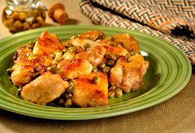 Frango com alcaparras  INGREDIENTES: 500 g de sobrecoxa de frango, sem pele e sem osso, cortada ao meio; 500 g de peito de frango, sem pele e sem osso, cortado em 4; 1 e meia colher (chá) de RECEITA DE CASA™ sem Pimenta; 5 colheres (sopa) de farinha de trigo; 3 colheres (sopa) de azeite de oliva; 2 colheres (sopa) de suco de limão; meia xícara (chá) de água (100 ml); 4 colheres (sopa) de alcaparras, escorridas (50 g)