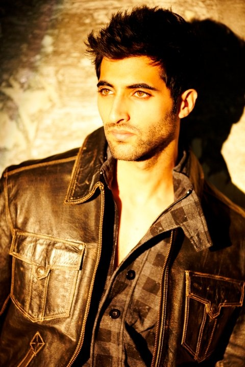 Akshay Oberoi (b. 1 Jan 1985) is an Indian-American actor of Punjabi origin. He is the son of Krishan Oberoi, nephew of Suresh Oberoi and the cousin of Vivek Oberoi. - ♥ Rhea Khan