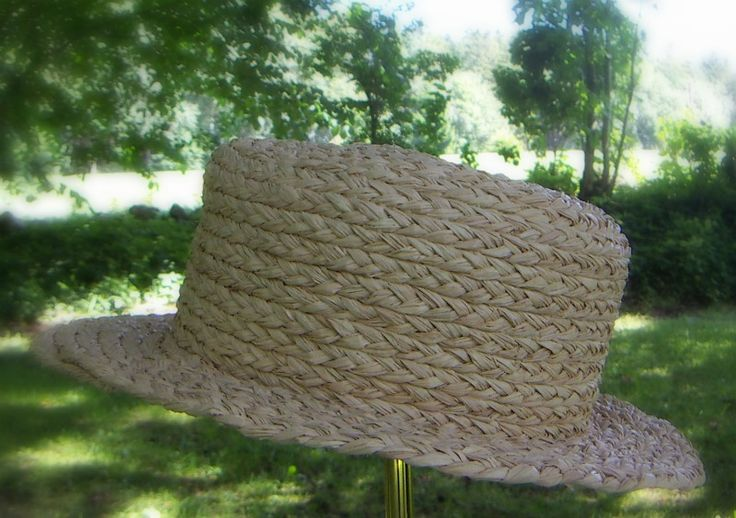 Nature is the best place to be. Enjoy, explore. Here the picnic hat, made of ecologically sustainable materials.