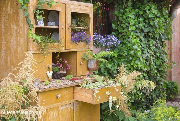 Vintage - alter Schrank als Blumenbeet.