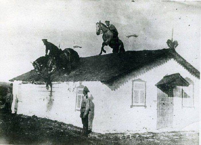 Тренировки казаков по преодолению препятствий на конях, 1910 год.