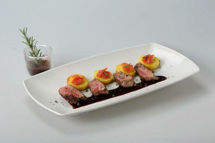 Filetto al vino rosso con patate e pomodoro confit