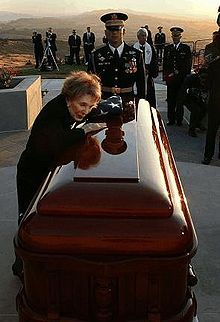 On June 5, 2004, Ronald Reagan, the 40th President of the United States, died after having suffered from Alzheimer's disease for nearly a decade. Here Nancy Reagan says her last goodbyes to the president just before the interment.