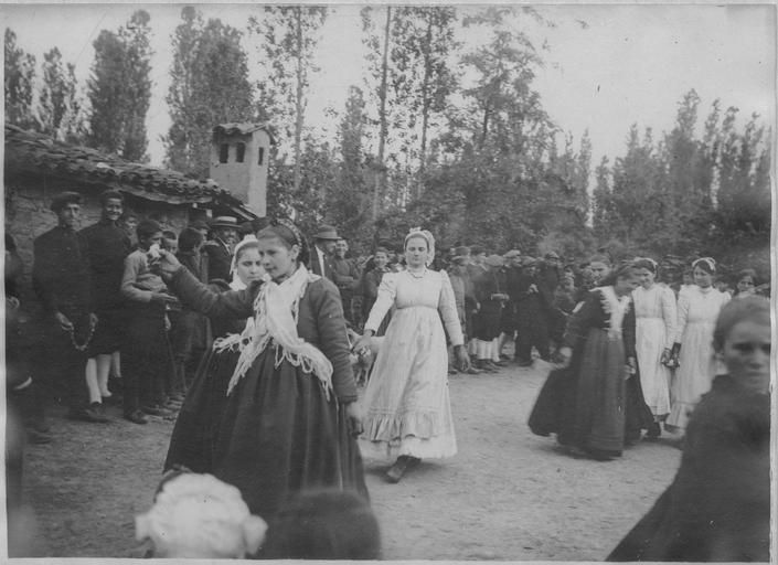 Opérateur K (code armée, photographe) Grèce ; Macédoine centrale ; Kilkis ; Gumendzé (anciennement) ; Goumenissa (actuellement). Le 45ème régiment de cavalerie du général Frotiée dans le secteur de Goumenissa - Izvor (mai 1916). Dans le village : Danses macédoniennes