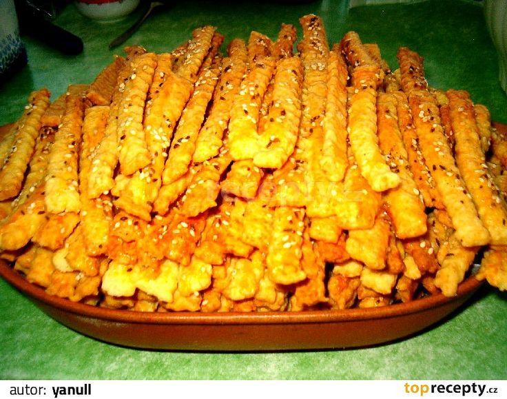 Do robotu, pekárny nebo misky nalijte šlehačku, do ní dejte 5 stroužků prolisovaného česneku, sůl a koření, žloutek,  promíchejte a přidejte tuk,...