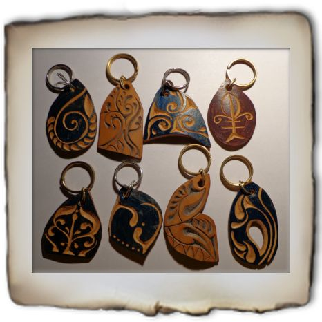 Kulcstartók - carved leather  key rings