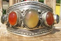 Tibetaanse armband met edelstenen.
