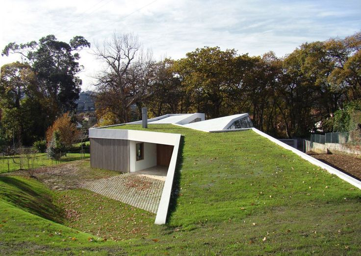 Lara Rios House and atelier by f451 arquitectura. A green roof insulates the guest house while connecting the architecture to the environment.
