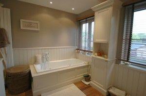 Comment poser du lambris pvc au mur ou plafond de salle de - Pose de lambris pvc dans une salle de bain ...