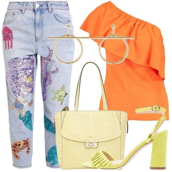 Un jeans con applicazioni di paillettes colorate, abbinato ad una maglia con ruche, color arancio. Uniamo sandali gialli, borsa gialla chiara e orecchini dorati.
