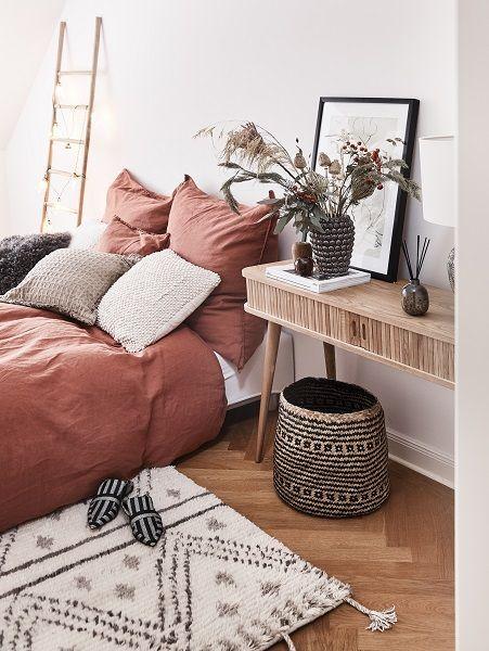 Spiced Honey – Warme Herbstfarben mit dem gewissen Etwas! Dieser Trend sorgt für ein Gemütliches Upgrade der neutralen Farben des Sommers. Ob in der Mode oder im Interior – seit Jahren verlieben wir uns immer wieder aufs Neue in den Look mit warmen Erdtönen, ganz viel Holz und Akzente aus Gold und Silber. Wir haben Euch die schönsten Interior-Pieces für diesen Herbsttrend bei WestwingNow zusammengestellt. Lasst Euch inspirieren! // Schlafzimmer Deko Ideen Bett Bettwäsche Pouf #Schlafzimmerideen