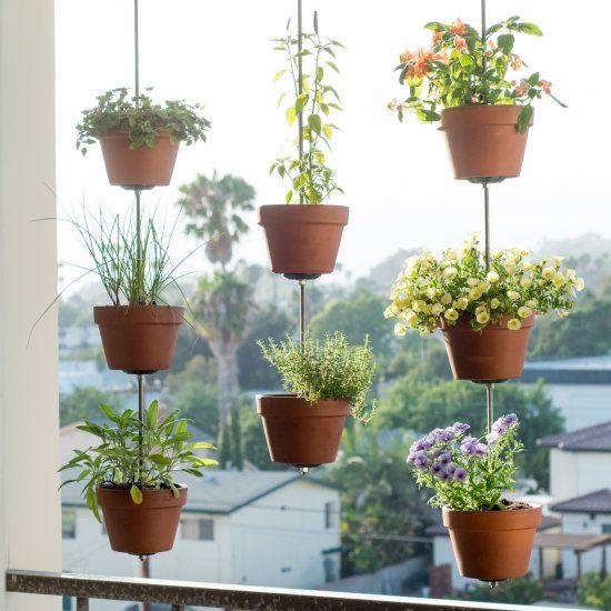 Maximieren Sie Ihren Balkon-Space, indem Ihre Tontöpfe in einem hängenden vertikalen Garten zu verwandeln.Dieses basteln macht auch einen großen Sichtschutz!